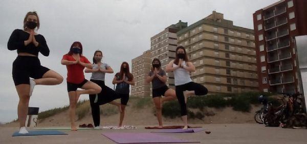 Clases de yoga y pilates a orillas del mar
