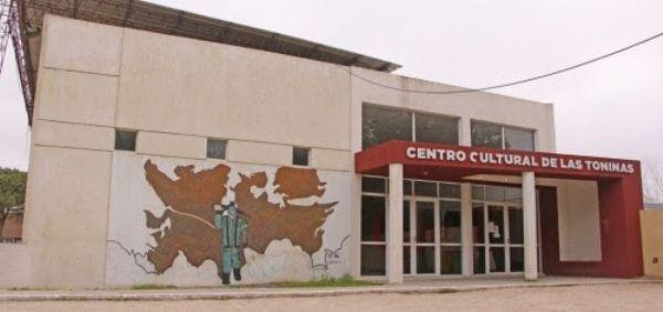 Exposición de artes visuales en el Centro Cultural Las Toninas presenta una exposición de artes visuales de Las Toninas